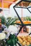 Une belle table de banquet avec des casse-croûte sur la table images stock