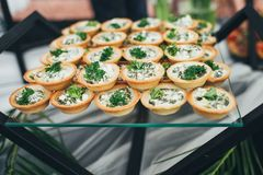 Une belle table de banquet avec des casse-croûte sur la table photo libre de droits
