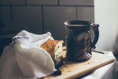 Une belle tasse de café avec un morceau de tarte aux pommes sur le conseil en bois Photo libre de droits