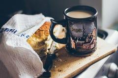 Une belle tasse de café avec un morceau de tarte aux pommes sur le conseil en bois Photos libres de droits