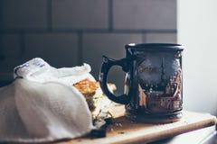 Une belle tasse de café avec un morceau de tarte aux pommes sur le conseil en bois Image stock