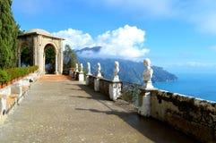 Une belle terrasse donnant sur la mer photo stock