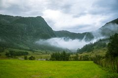 Une belle vallée verte de montagne près de Rosendal en Norvège Paysage d'automne en parc national de Folgefonna image libre de droits