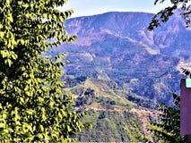 Une belle vue étroite de montagne et de ciel image libre de droits