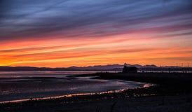 Une belle vue colorée de coucher du soleil sur la plage de Morecambe photo stock