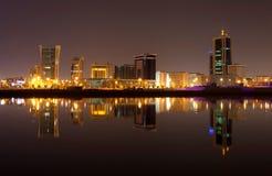 Une belle vue d'horizon du Bahrain pendant la nuit Photo libre de droits