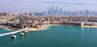 Une belle vue de la baie avec des gratte-ciel dans la distance Photographie stock libre de droits
