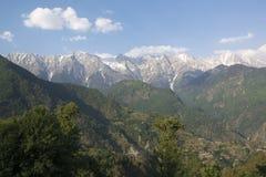 Une belle vue de la chaîne de montagne de Dhauladhar images libres de droits
