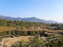 Une belle vue des montagnes et de quelques maisons photos stock