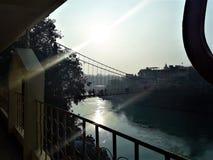 Une belle vue du soleil et de sa réflexion sur la rivière images stock