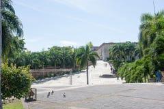 Une belle vue du territoire d'hôtel avec des palmiers, un chemin des brosses rouges Photos stock