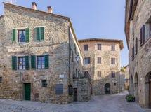 Une belle vue du village médiéval de Monticchiello sans personnes, Sienne, Toscane, Italie photos stock