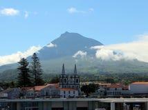 Une belle vue du volcan de Pico et du port de Madalena du ferry Images stock