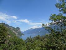 Une belle vue vers le lac du policier Image libre de droits