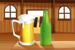 Une bière et une bouteille de boisson non alcoolisée à la table Image stock