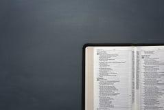 Une bible ouverte Photographie stock libre de droits
