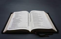 Une bible ouverte Photos stock
