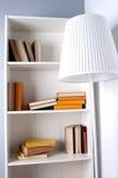 Une bibliothèque avec des livres de lampadaire Aucun labels Images stock