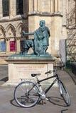 Une bicyclette à la statue de Constantine The Great a situé en dehors de York Minster, Angleterre, R-U image libre de droits