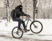 Une bicyclette d'équitation d'homme Photo stock