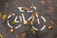 Une bicyclette est sur l'asphalte Image stock