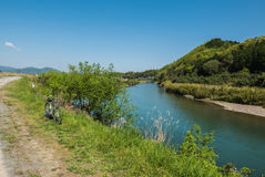 Une bicyclette par la rivière de Hozugawa Images stock