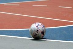 Une bille de football sur une cour de jeu Image libre de droits