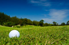 Une bille de golf dans une belle vue photographie stock