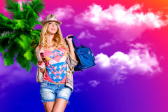 Une blonde attirante dans un chapeau au bord de la mer Image stock