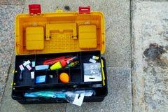 Une boîte à outils ouverte pour l'équipement de pêche Photographie stock libre de droits