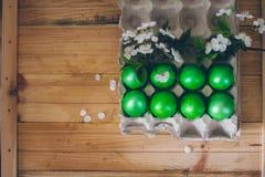 Une boîte avec des oeufs de pâques Images stock