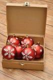 Une boîte complètement de babioles rouges Photo stock