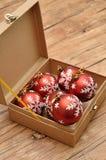 Une boîte complètement de babioles rouges Photographie stock