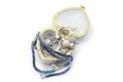 Une boîte de bijoux d'isolement contre un au sol de dos de blanc Photo stock