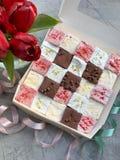 Une boîte de bonbons - guimauves de différents goûts images libres de droits