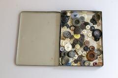 Une boîte de boutons photographie stock