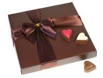 Une boîte de chocolats avec un ruban Photographie stock libre de droits