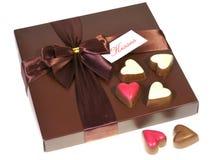 Une boîte de chocolats avec un ruban Photo stock