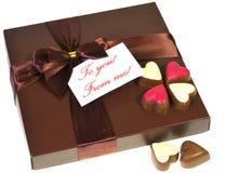 Une boîte de chocolats avec un ruban Images libres de droits