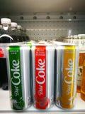 Une boîte de Coca-Cola Light en chaux de gingembre, orange sanguine relevée, saveur tordue de mangue au réfrigérateur de supermar photographie stock