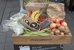 Une boîte de fruits et légumes organiques photos stock