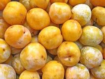 Une boîte de prunes images libres de droits