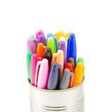 Une fin vers le haut d'une boîte complètement de stylos colorés Photo libre de droits