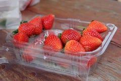 Une boîte en plastique de fraises photos libres de droits