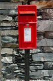 Une boîte rouge de courrier photo stock