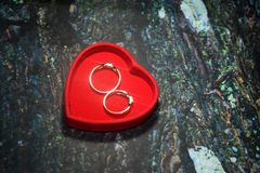 Une boîte rouge de forme de coeur avec un fond texturisé photo libre de droits