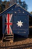 Une boîte se baignante avec le drapeau australien là-dessus chez Brighton Beach à Melbourne images stock