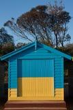 Une boîte se baignante jaune-bleue chez Brighton Beach à Melbourne photographie stock libre de droits