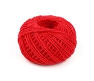 Une bobine rouge de bobine de jute de ficelle d'isolement sur le blanc Photo stock
