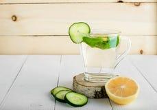 Une boisson rajeunissante, un cocktail, thé, l'eau avec le citron, inbet, Image stock